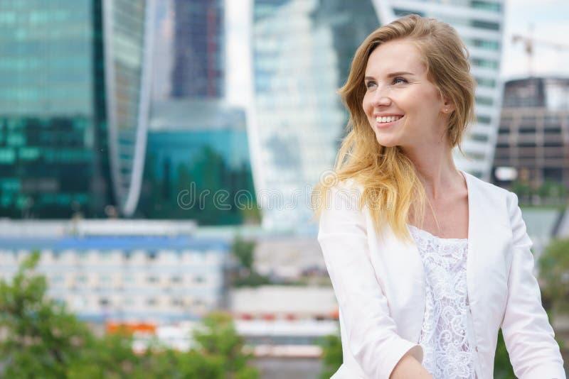 Закройте вверх по портрету бизнес-леди внешней стоковое фото rf