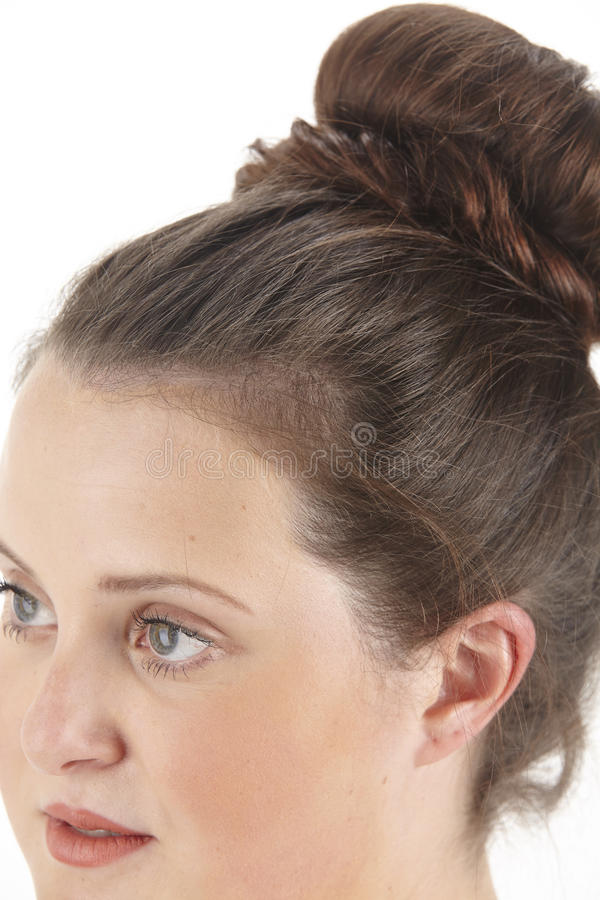 Закройте вверх по портрету женщины брюнет с chignon стоковые фотографии rf