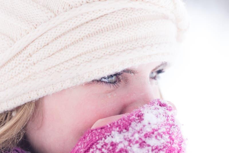 Закройте вверх по портрету зимы молодой женщины стоковое фото