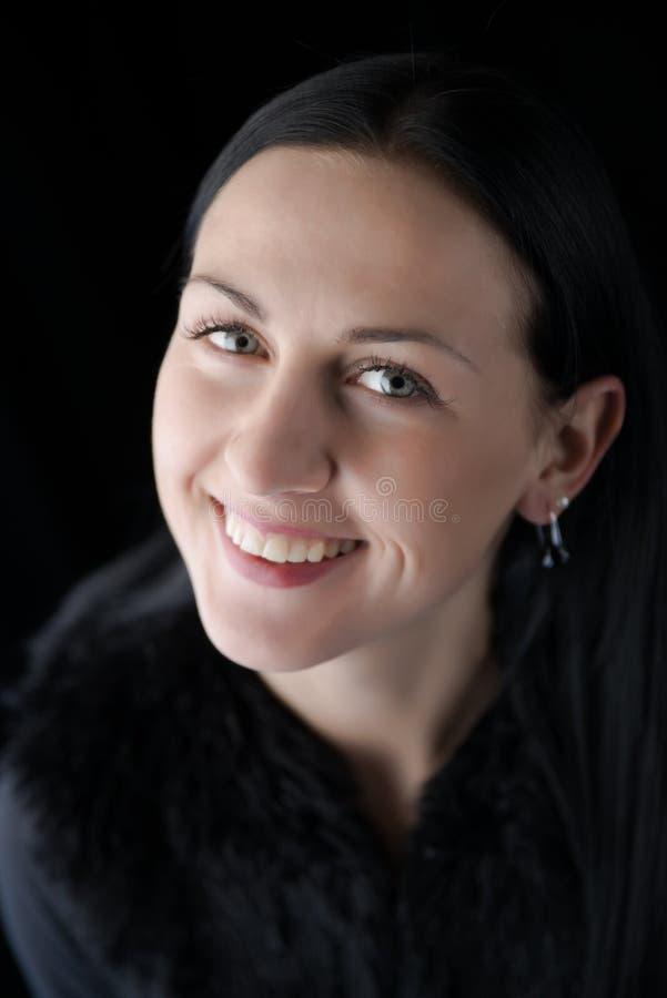 Портрет женщины красотки с излучающей усмешкой стоковая фотография