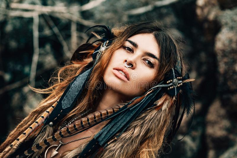 Закройте вверх по портрету красивого племенного танцора женщины в головном уборе стоковая фотография