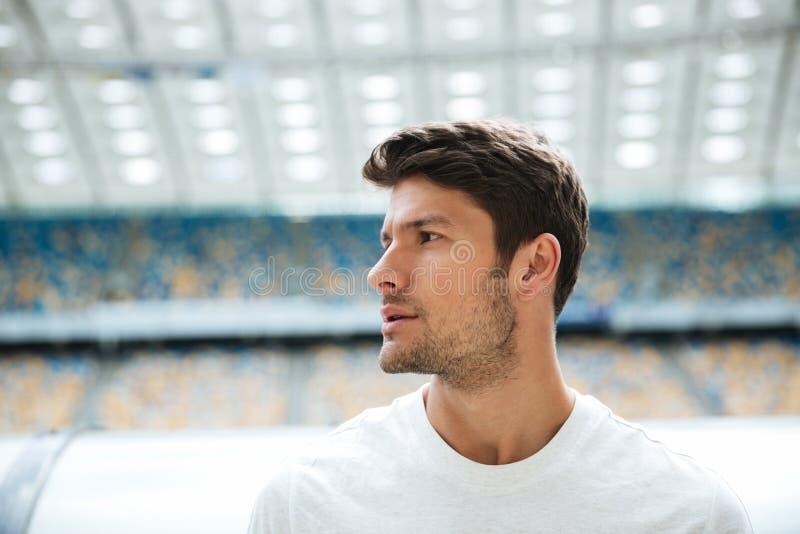 Закройте вверх по портрету красивого спортсмена смотря прочь стоковые изображения rf