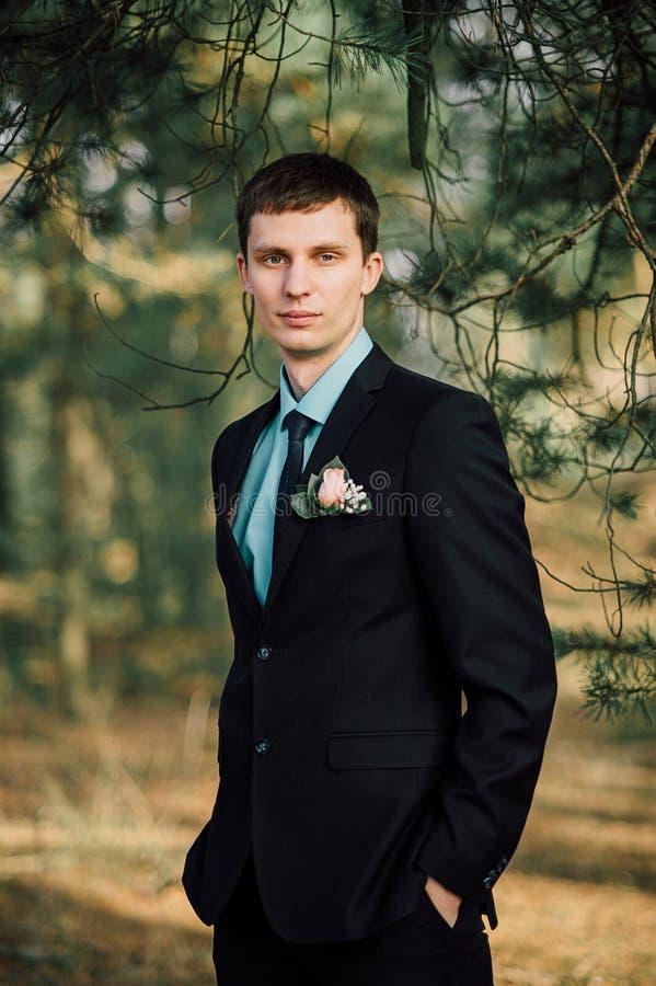 Закройте вверх по портрету красивого стильного groom outdoors в парке с красным bowtie стоковые изображения