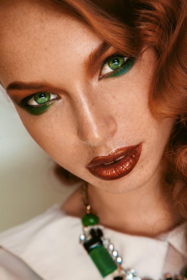 Закройте вверх по портрету красивой девушки с веснушками и зелеными глазами стоковые изображения rf