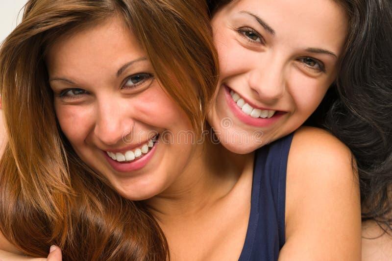 Закройте вверх по портрету красивый обнимать девушек стоковые фотографии rf