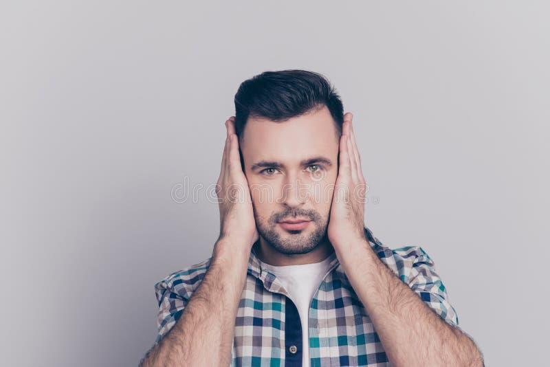 Закройте вверх по портрету молодого, привлекательного человека в checkered рубашке co стоковые фотографии rf