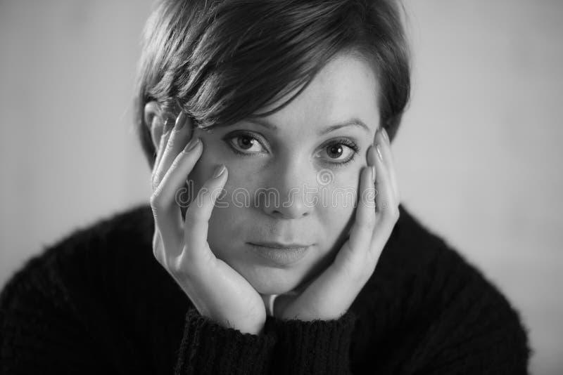 Закройте вверх по портрету молодой сладостной и довольно красной женщины волос смотря унылый и подавленный в драматическом выраже стоковая фотография rf