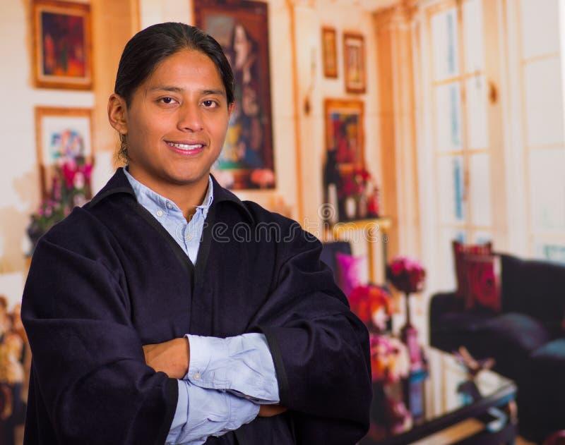 Закройте вверх по портрету молодого индигенного человека нося традиционные одежды от гористых местностей в эквадоре стоковые изображения rf