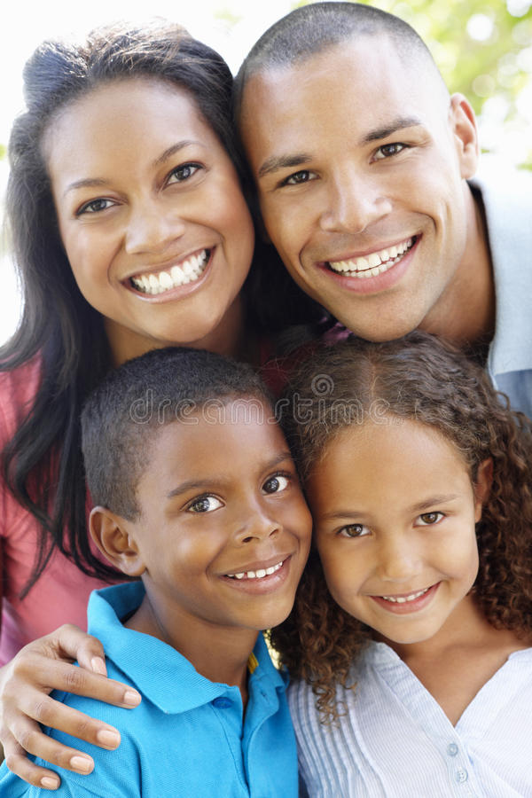 Закройте вверх по портрету молодой Афро-американской семьи стоковые фотографии rf