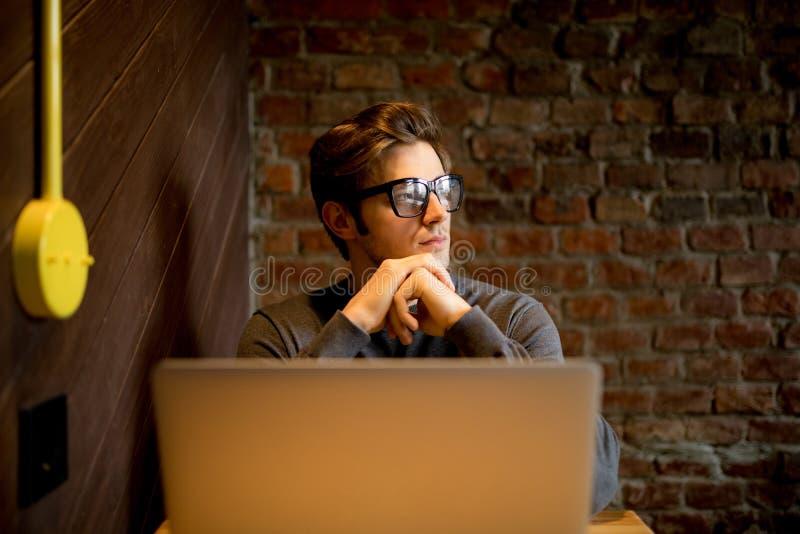 Закройте вверх по портрету мужского блоггера в eyewear наблюдая в windowac стоковая фотография rf