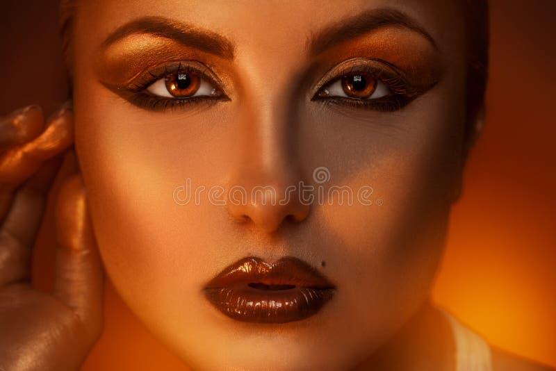 Закройте вверх по портрету довольно кавказской женщины с b стоковое фото