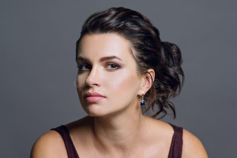 Закройте вверх по портрету привлекательной женщины брюнет при очаровательные коричневые глаза и здоровая кожа смотря с мечтательн стоковая фотография