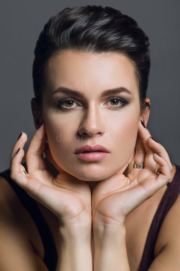 Закройте вверх по портрету привлекательной женщины брюнет стоковое изображение rf