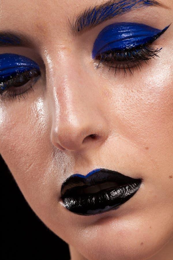Закройте вверх по портрету сини красивой женщины нося составьте с b стоковые изображения