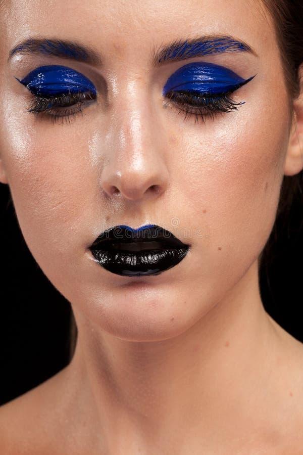 Закройте вверх по портрету сини красивой женщины нося составьте с b стоковая фотография rf