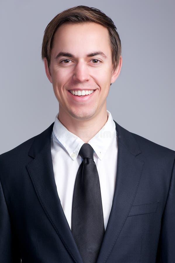 Закройте вверх по портрету счастливого бизнесмена в усмехаться костюма стоковое фото rf
