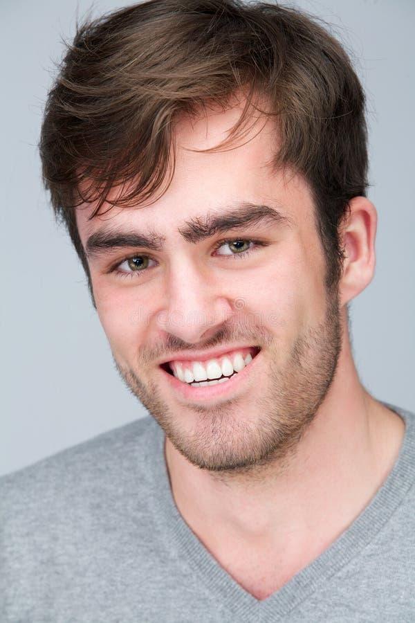 Закройте вверх по портрету счастливого молодого человека стоковые изображения rf