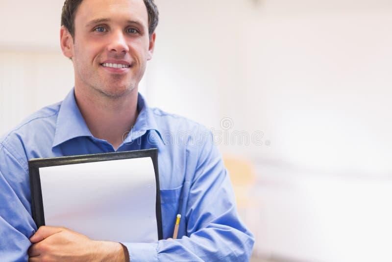 Закройте вверх по портрету элегантного мужского учителя с блокнотом стоковая фотография rf