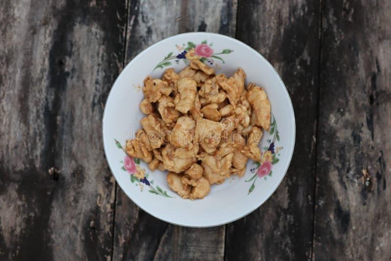 Закройте вверх по предпосылке фото взгляда сверху меню Тайской кухни, жареной курицы, чеснока и перца винтажной деревянной стоковые изображения rf