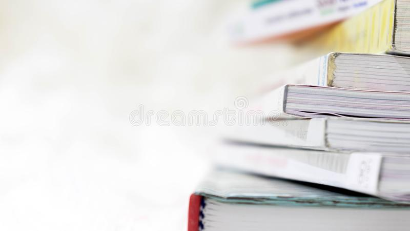 Закройте вверх по предпосылке штабелированной книгой стоковая фотография rf