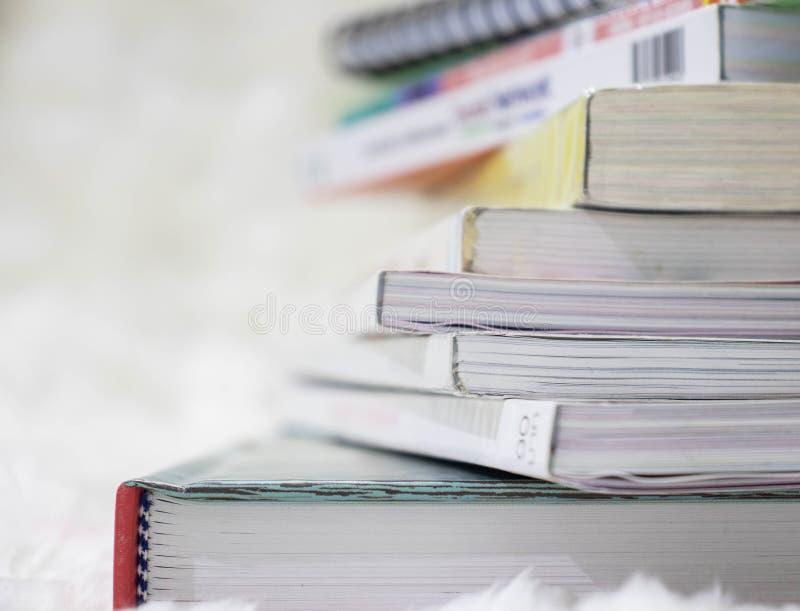 Закройте вверх по предпосылке штабелированной книгой стоковые фото