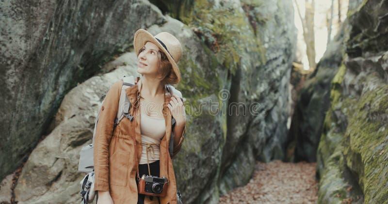 Закройте вверх по привлекательной молодой женщине в стильной шляпе смотря вокруг стоковые фото