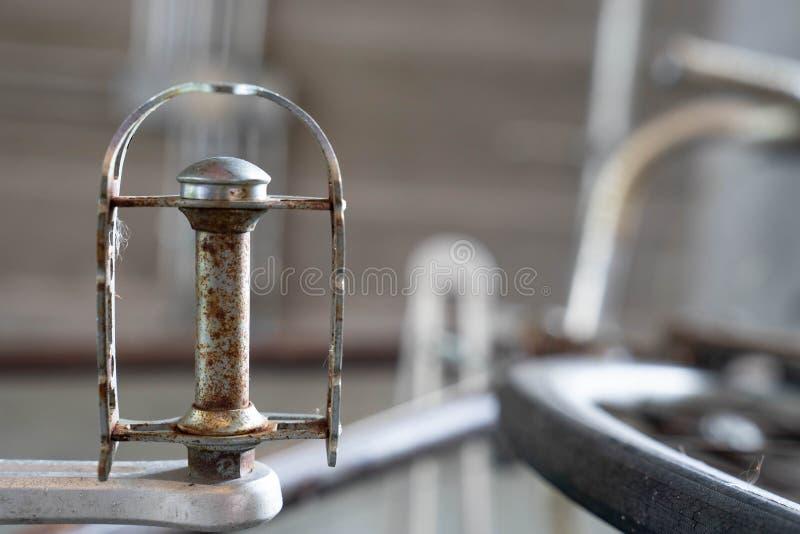 Закройте вверх по ржавым старым педалям металла винтажного велосипеда стоковые фотографии rf