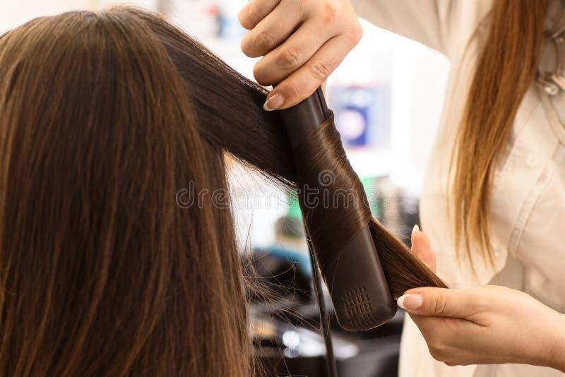 Закройте вверх по рукам ` s парикмахера с уловкой стоковые изображения