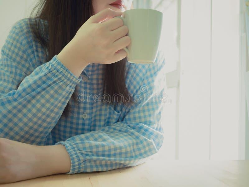 Закройте вверх по руке и красному рту азиатской девушки 25s к 35s в голубом paj стоковые фотографии rf