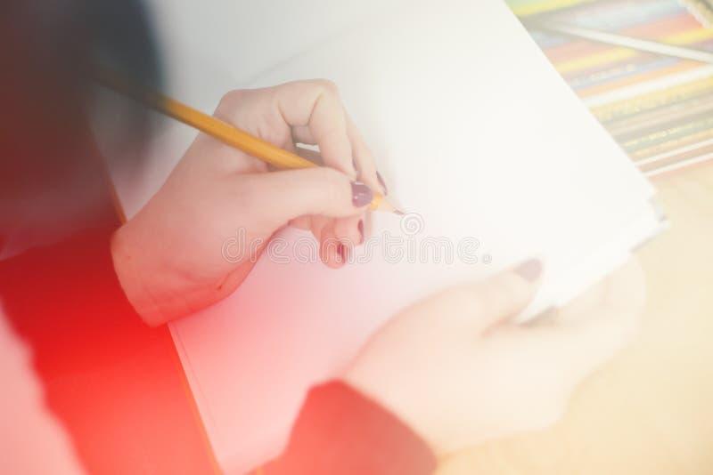 Закройте вверх по руке ручки и тетради удерживания женщины офиса пока, светлый тонизировать стоковое изображение rf