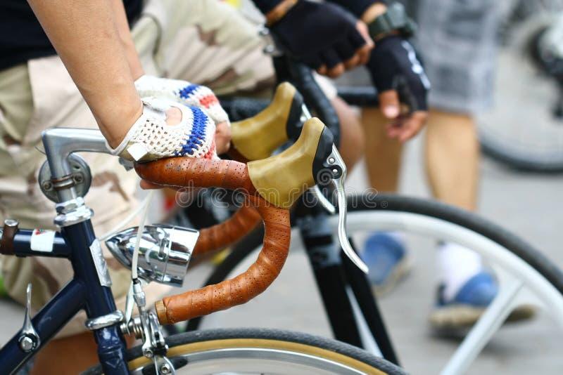 Закройте вверх по ручке велосипеда владением руки стоковое изображение rf
