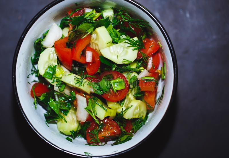 Закройте вверх по салату свежих томатов и огурцов еда здоровая стоковая фотография rf