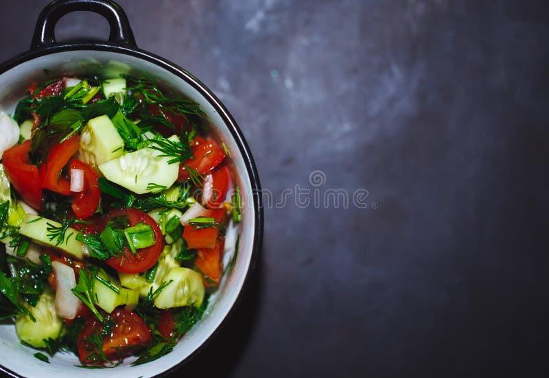 Закройте вверх по салату свежих томатов и огурцов Здоровая еда, овощи стоковая фотография rf