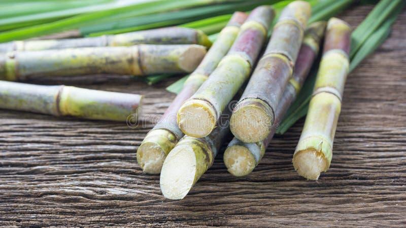 Закройте вверх по сахарному тростнику на деревянном конце предпосылки вверх стоковые фотографии rf