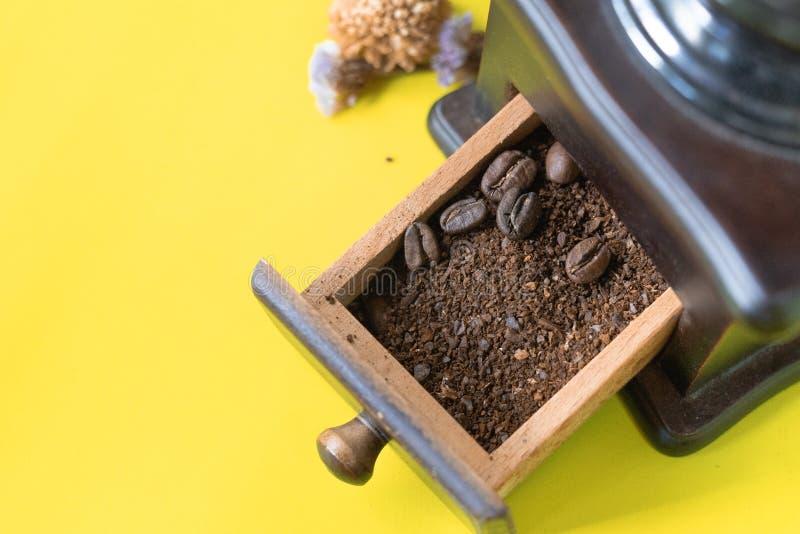 Закройте вверх по селективным кофейным зернам и заземленному кофейному зерну в винтажном деревянном механизме настройки радиопеле стоковое изображение rf