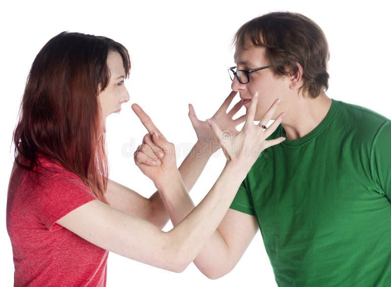Закройте вверх по сердитым молодым парам смотря на один другого стоковое фото rf