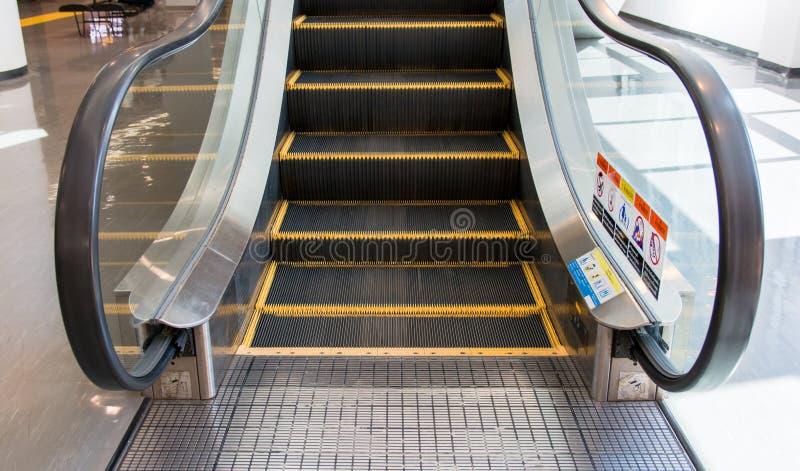 Закройте вверх по современному эскалатору в торговом центре Двигать вверх staircas стоковое фото