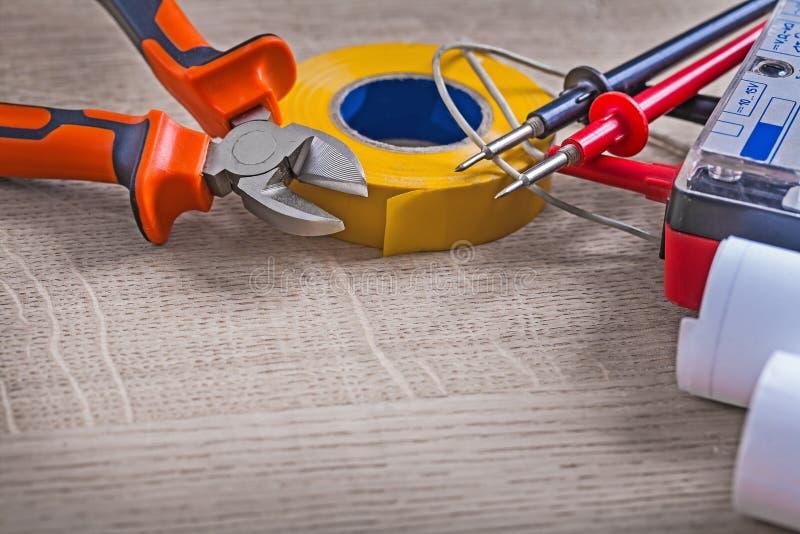 Закройте вверх по составу инструментов взгляда электрическому на деревянной предпосылке стоковые фотографии rf