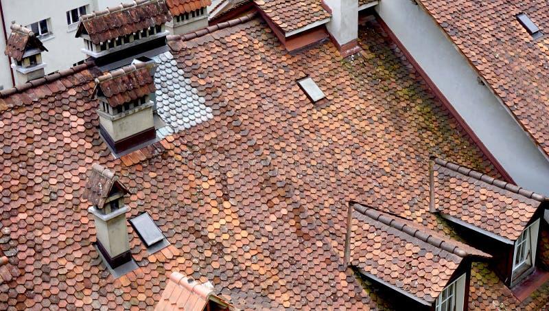 Закройте вверх по старой крыше дома города городка стоковое фото