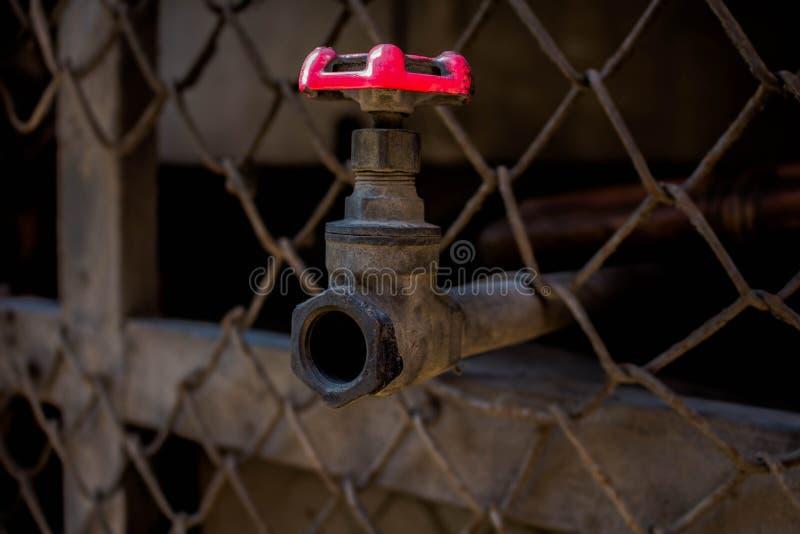 Закройте вверх по старому клапану воды, клапану воды ржавчины, и трубе снаружи стоковая фотография rf