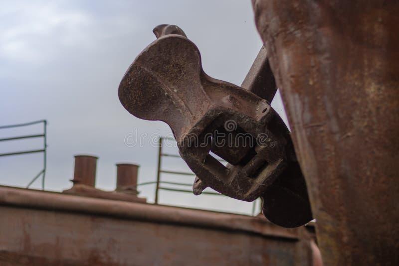 Закройте вверх по старому ржавому анкеру на старом покинутом ржавом корабле стоковые фотографии rf