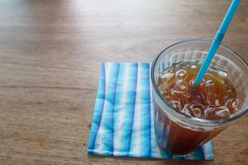 Закройте вверх по стеклу кофе черного льда на деревянном столе в селективном фокусе стоковая фотография rf