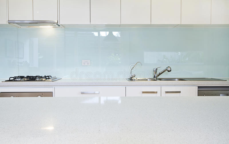 Закройте вверх по стенду splashback кухни стоковая фотография rf