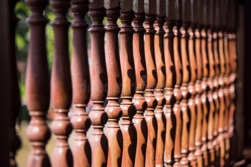 Закройте вверх по строке деревянной балюстрады стоковая фотография