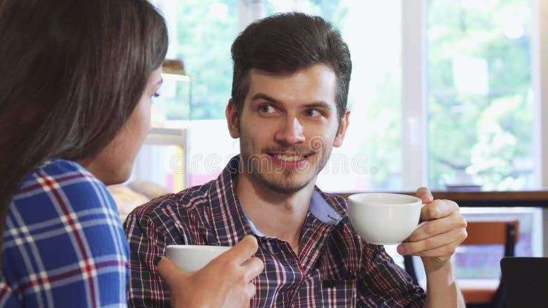 Закройте вверх по съемке красивого человека имея кофе с его подругой стоковые изображения rf