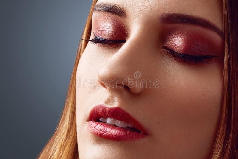 Закройте вверх по съемке красивой женщины с здоровой чисто кожей, сдержите глаза закрытый, продемонстрируйте славное составьте, и стоковые изображения