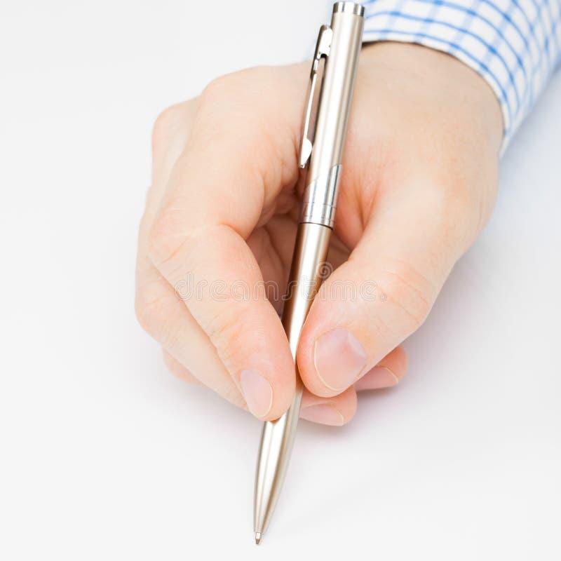 Закройте вверх по съемке подписания или сочинительства человека что-то с ручкой шарика стоковая фотография rf