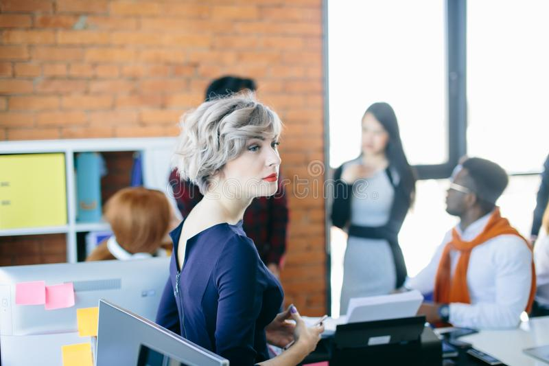Закройте вверх по съемке привлекательного женского члена команды с заботливым взглядом стоковые фото
