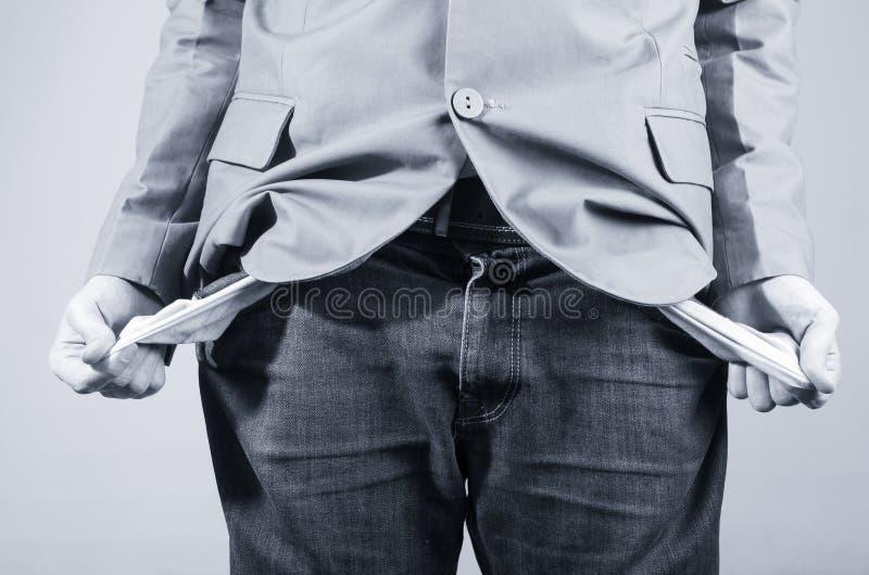 Закройте вверх по съемке человека держа вне его пустые карманн стоковое изображение
