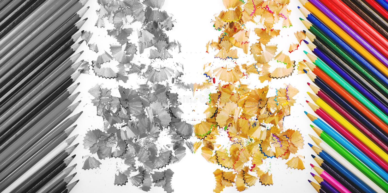 Закройте вверх по съемке shavings crayons карандаша и crayons карандаша на белой предпосылке В цвете и черно-белый бесплатная иллюстрация